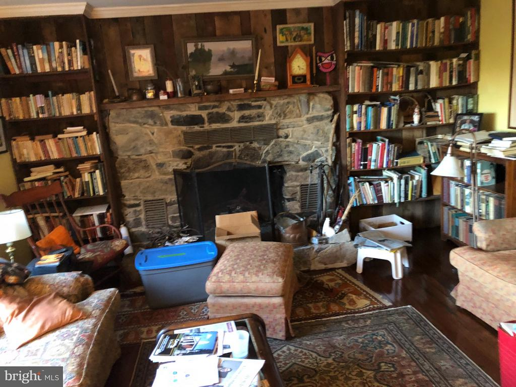 Liv Rm with Books , - 1919 CASTLEMAN RD, BERRYVILLE