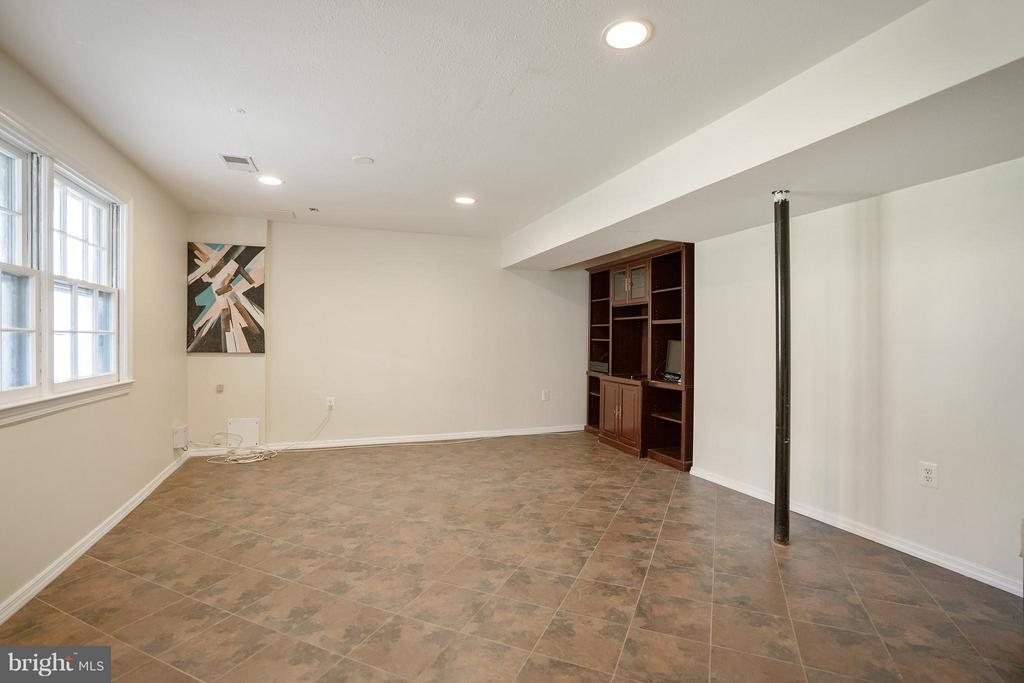 Basement with walk out level and nice window - 4918 KING DAVID BLVD, ANNANDALE