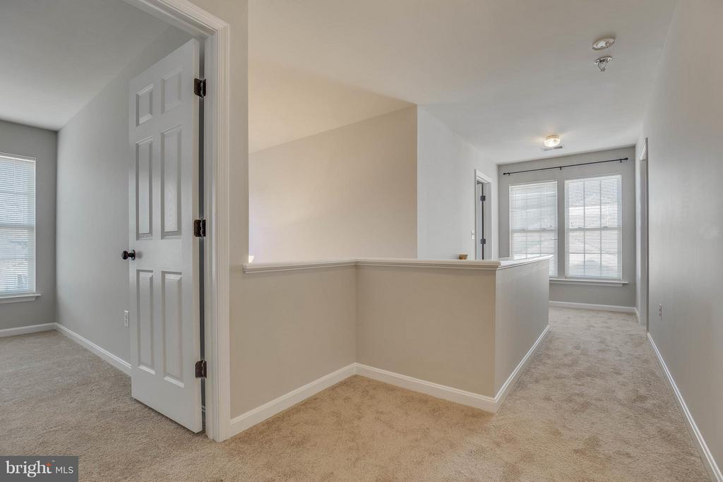 Spacious upstairs hallway - 15333 TINA LN, WOODBRIDGE