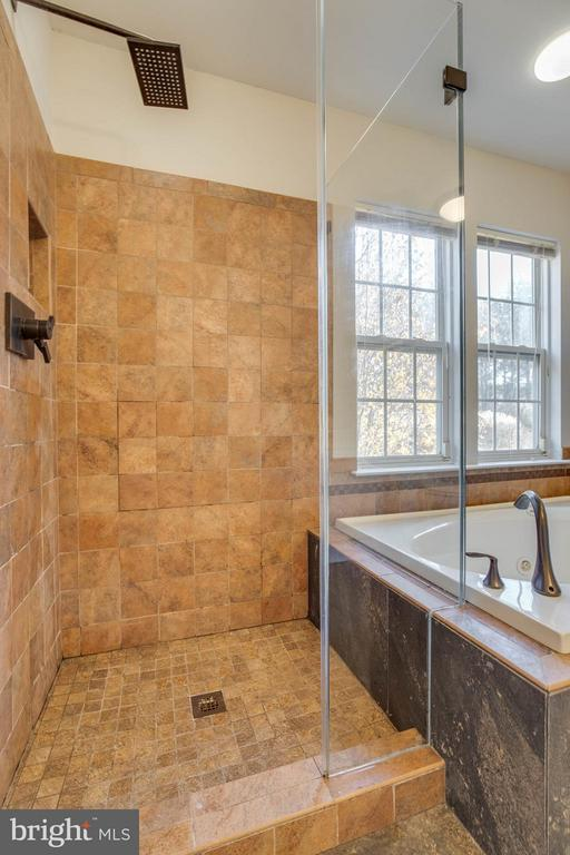 Frameless tile shower - 15333 TINA LN, WOODBRIDGE