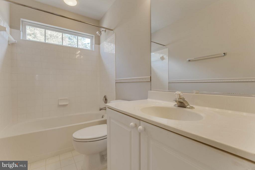 Upstairs guest bathroom with windows in shower - 15333 TINA LN, WOODBRIDGE