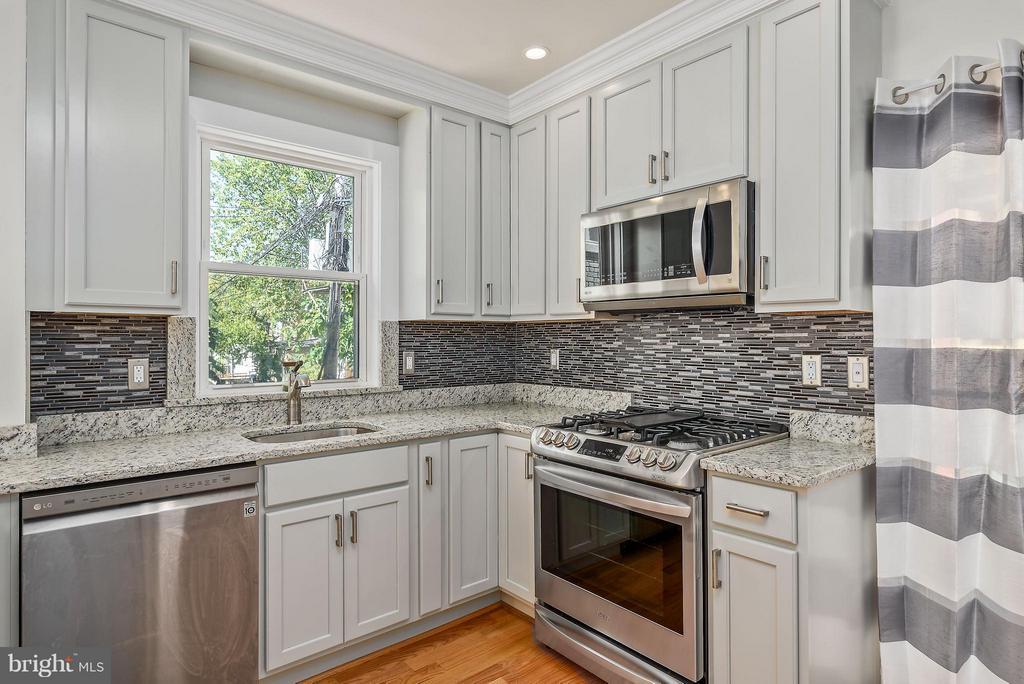 Detailed back-splash and new appliances - 729 HARVARD ST NW, WASHINGTON