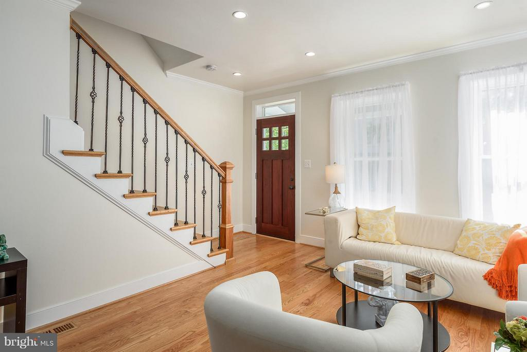 Welcoming entrance and HW floors thru-out - 729 HARVARD ST NW, WASHINGTON