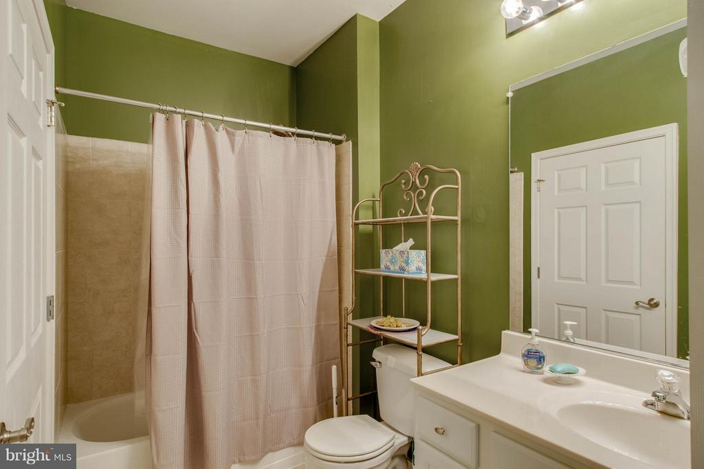 Main bathroom - 21228 MCFADDEN SQ #111, STERLING