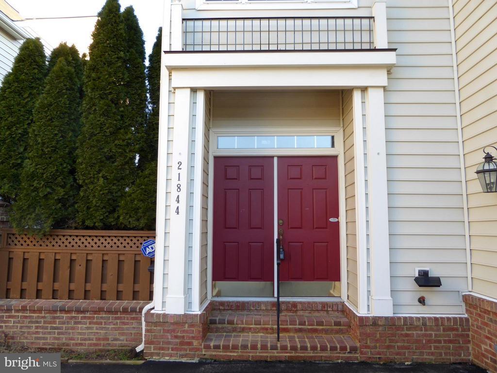 Front Door Entrance to Courtyard - 21844 WESTDALE CT, BROADLANDS