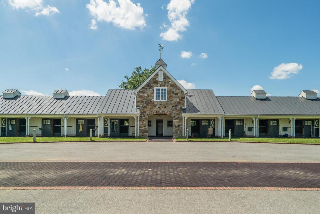Front exterior of Show Barn with plenty of parking - 33542 NEWSTEAD LN, UPPERVILLE