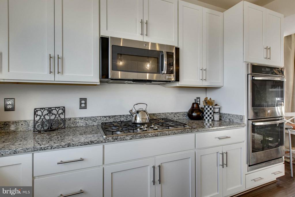 Gas top cooking, upgraded white cabinets - 1456 TRAFALGAR LN, FREDERICK