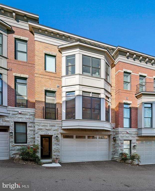 Attractive brick and stone townhome residence. - 2203 N 19TH CT, ARLINGTON