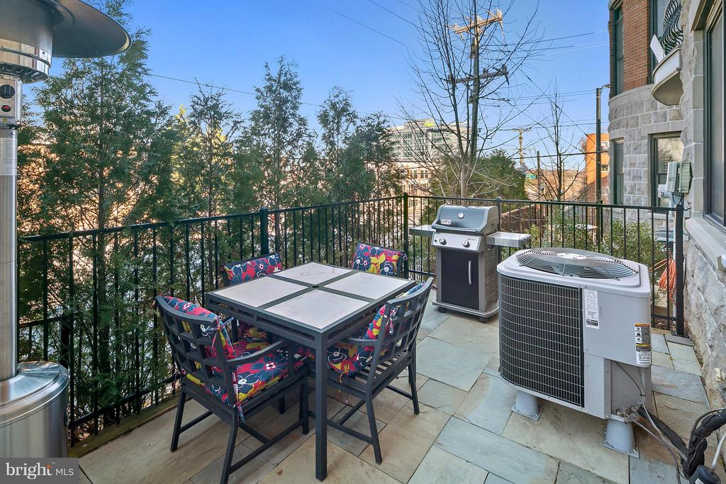 Private patio! - 2203 N 19TH CT, ARLINGTON