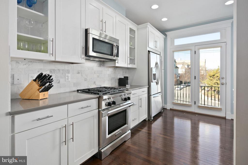 Kitchen provides beautiful spaces for meal prep - 2203 N 19TH CT, ARLINGTON