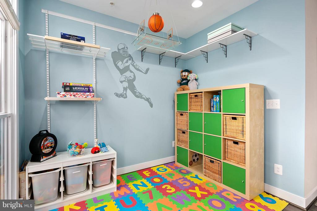 Playroom next to living room can have many uses - 2203 N 19TH CT, ARLINGTON