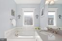 Large soaking tub - 2203 N 19TH CT, ARLINGTON