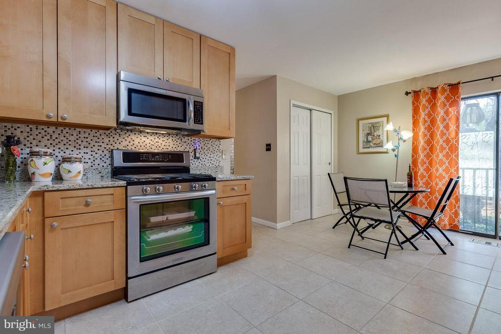 Eat-in kitchen with large pantry - 4933 CASIMIR ST, ANNANDALE