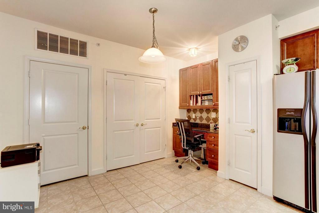 Kitchen with built-in desk - 500 BELMONT BAY DR #416, WOODBRIDGE