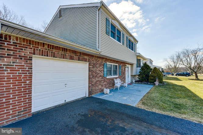 Maison unifamiliale pour l Vente à 9 WHITMAN BLVD Manalapan, New Jersey 07726 États-Unis