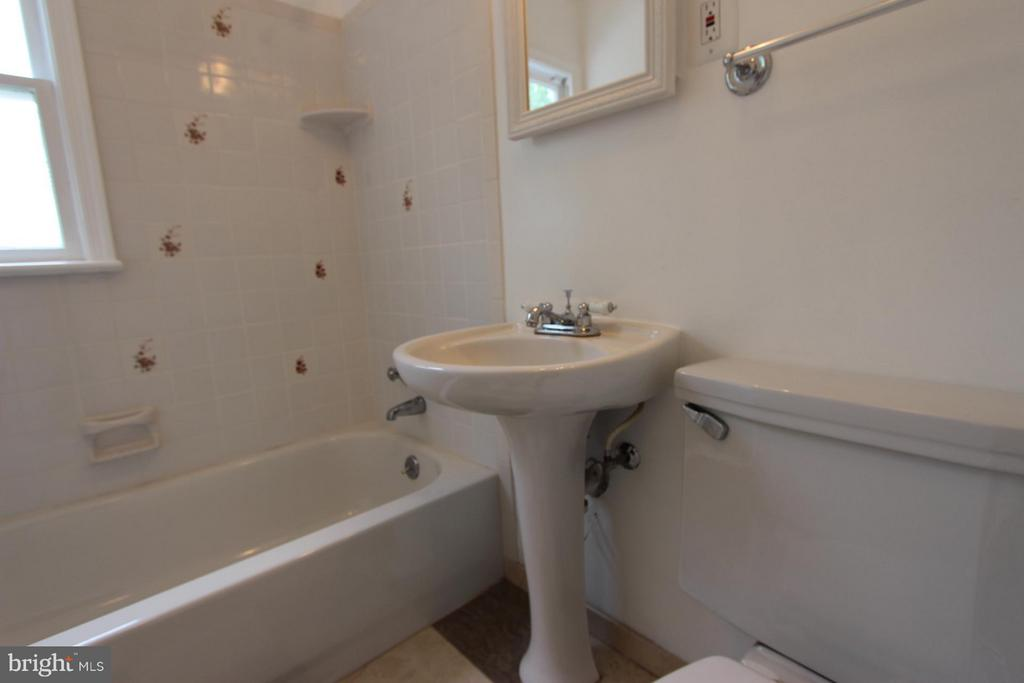 Main Level Full Bath - 1915 ANDERSON RD, FALLS CHURCH