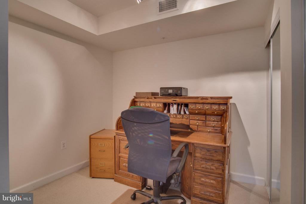 Spacious Den which could be used as a bedroom. - 2451 MIDTOWN AVE #913, ALEXANDRIA