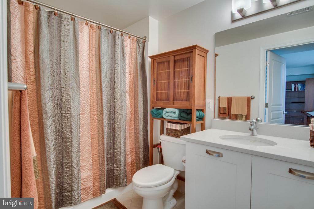 Bathroom with Tub - 2451 MIDTOWN AVE #913, ALEXANDRIA