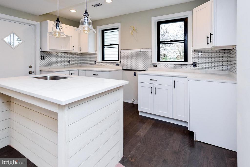 [Kitchen] Upgraded  pendant lighting - 5222 HAYES ST NE, WASHINGTON