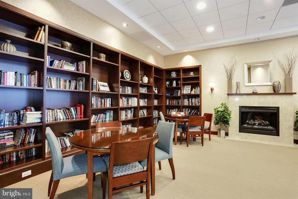 The Library with Fireplace - 1020 N HIGHLAND ST #601, ARLINGTON