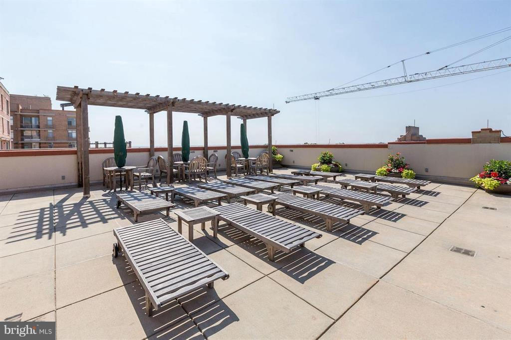 Roof Top Pool with Benches and Beautiful View - 1020 N HIGHLAND ST #601, ARLINGTON