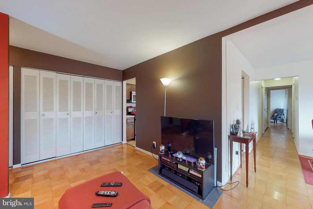 Ample Closets - 4404 ISLAND PL #304, ANNANDALE