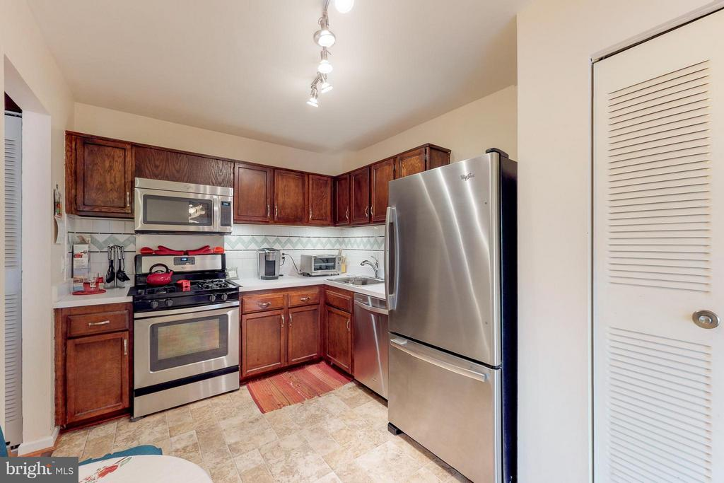 Eat-in Kitchen with Pantry - 4404 ISLAND PL #304, ANNANDALE