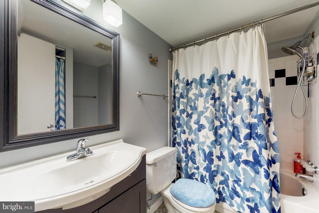 Nicely Appointed Master bathroom - 4404 ISLAND PL #304, ANNANDALE