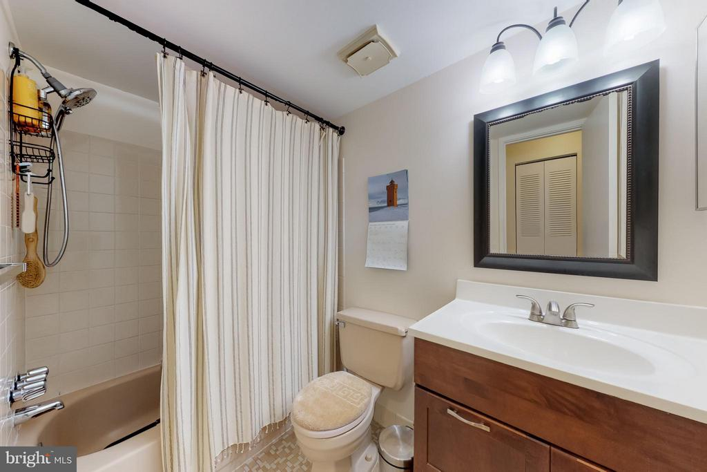 Guest bath with tub/shower combo - 4404 ISLAND PL #304, ANNANDALE