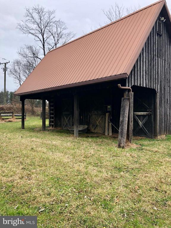 3 Stall Barn with Metal roof, water an electric - 18483 SILCOTT SPRINGS RD, PURCELLVILLE