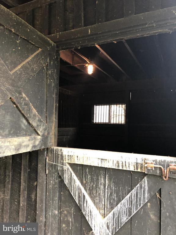 3 Stall Barn with Electric and Water, - 18483 SILCOTT SPRINGS RD, PURCELLVILLE