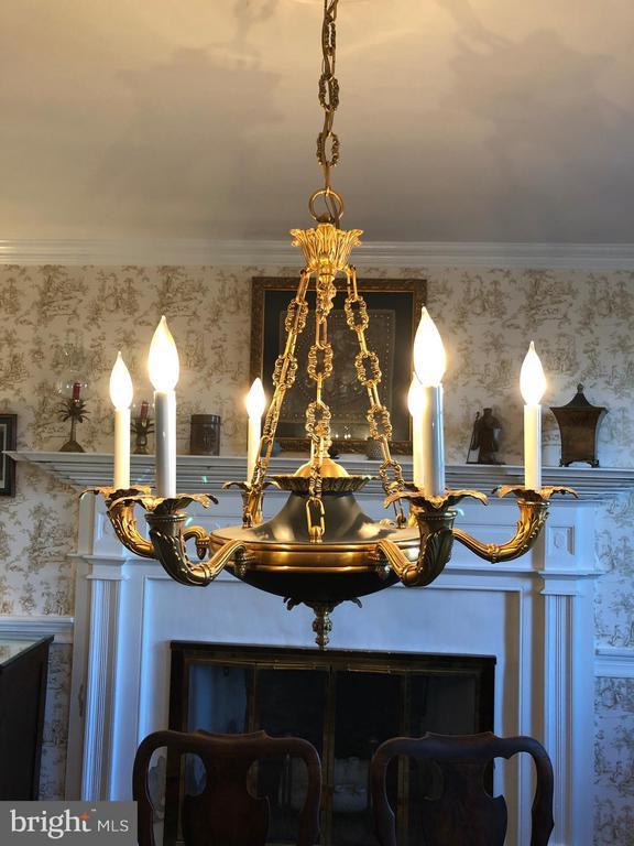 Dining Room Chandelier - 18483 SILCOTT SPRINGS RD, PURCELLVILLE