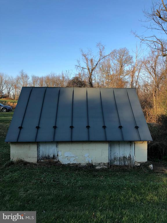 Spring House with Metal Roof - 18483 SILCOTT SPRINGS RD, PURCELLVILLE