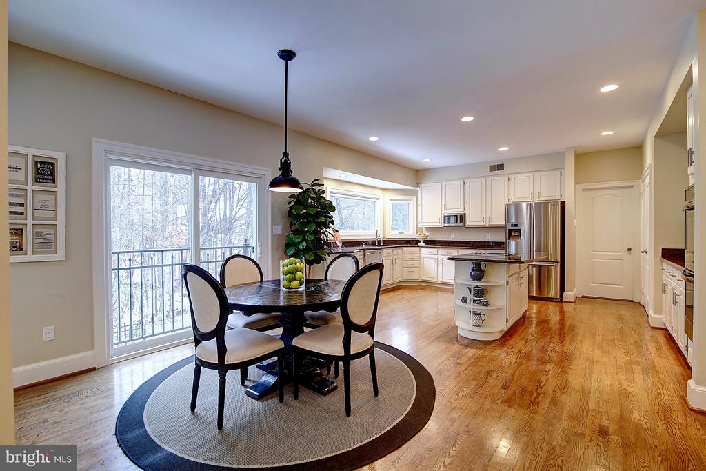 Spacious & open gourmet kitchen and breakfast room - 1298 STAMFORD WAY, RESTON
