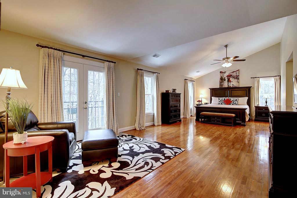 Grand owner's suite with new windows, wood floors - 1298 STAMFORD WAY, RESTON