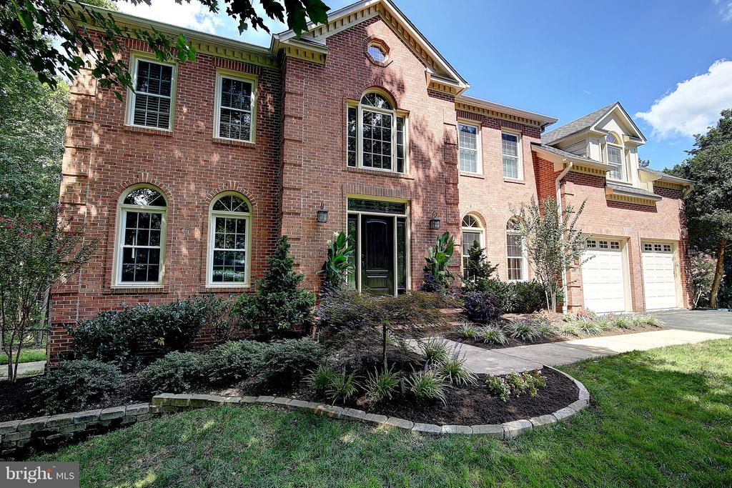 Professionally landscaped front and back yards - 1298 STAMFORD WAY, RESTON