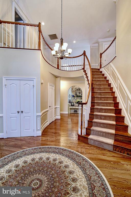 Grand spiral staircase - 1298 STAMFORD WAY, RESTON