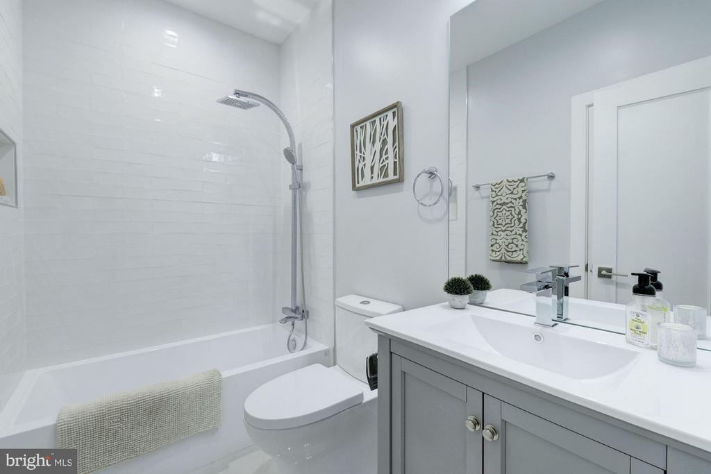 1st full bath - 549 PARK RD NW #3, WASHINGTON