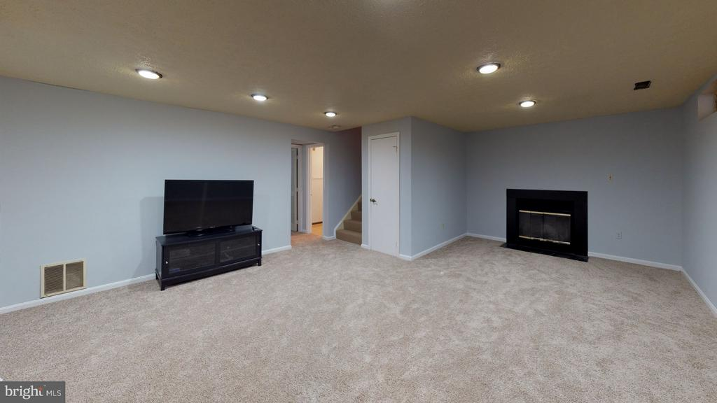 Large family room with woodburning fpl - 18016 FENCE POST CT, GAITHERSBURG