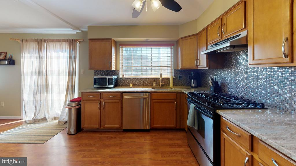 Updated kitchen boasts new granite and backsplash - 18016 FENCE POST CT, GAITHERSBURG