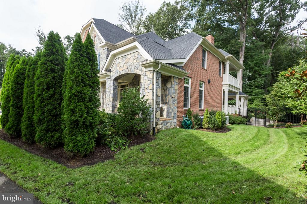 Side Yard with LOTS of Privacy Landscaping - 8518 WEDDERBURN STATION DR, VIENNA