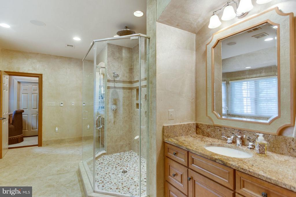 Master Bath with HUGE Shower and Tub - 8518 WEDDERBURN STATION DR, VIENNA