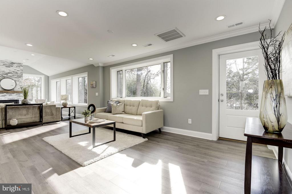 Lots of Light from the Southern Exposure - 7821 FORT HUNT RD, ALEXANDRIA
