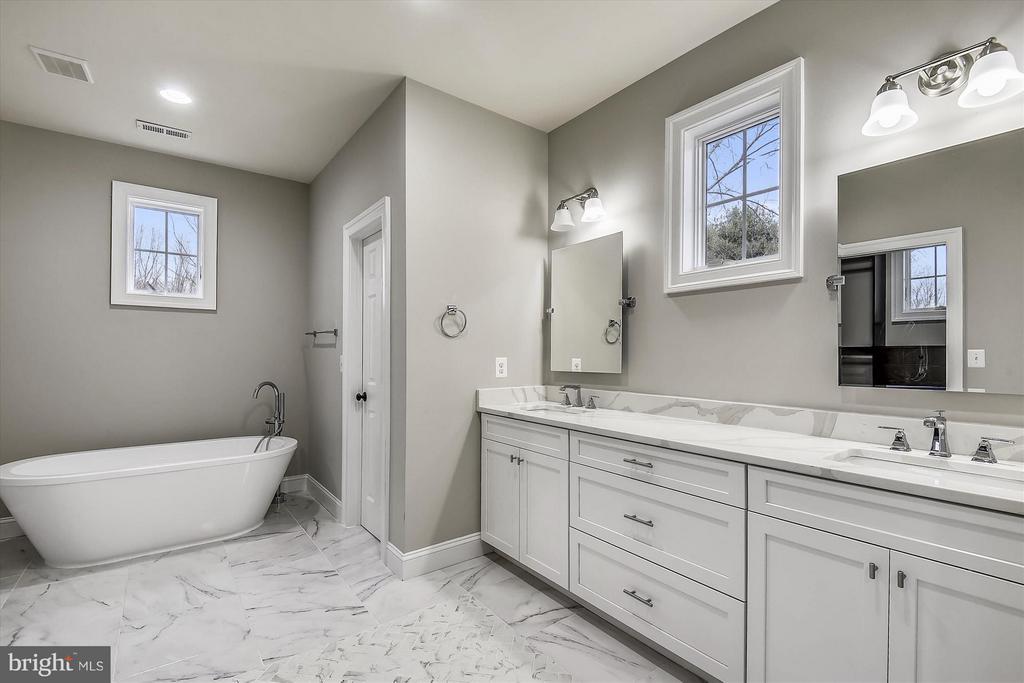 Upper level master bath - 12107 FAIRFAX HUNT RD, FAIRFAX