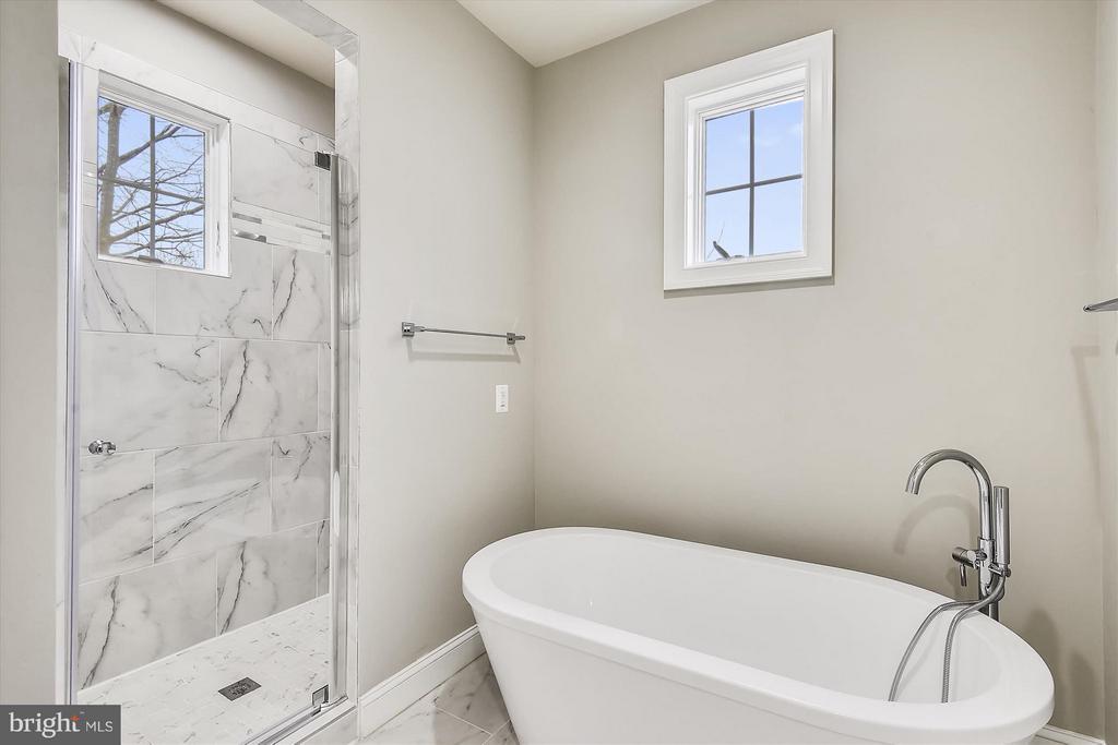Upper level shower - 12107 FAIRFAX HUNT RD, FAIRFAX