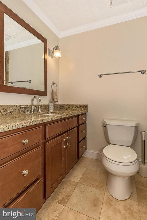 Upper Level Full Bathroom - 6402 DEVONSHIRE LN, FREDERICK