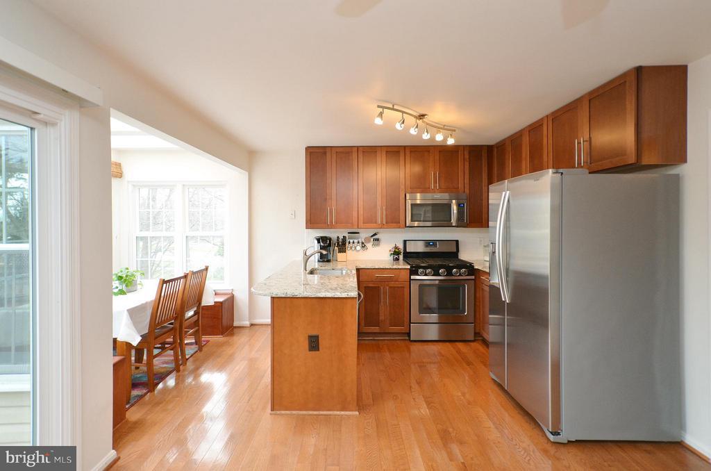 Open & Bright Kitchen - 44114 GALA CIR, ASHBURN