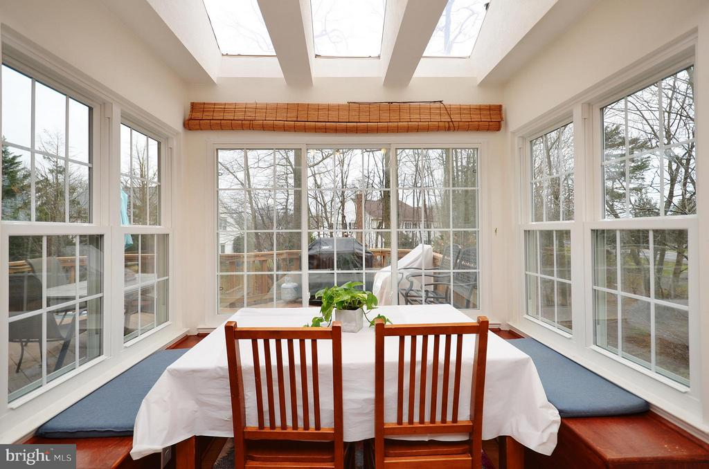 Breakfast Nook w/ Built-in Seating - 44114 GALA CIR, ASHBURN