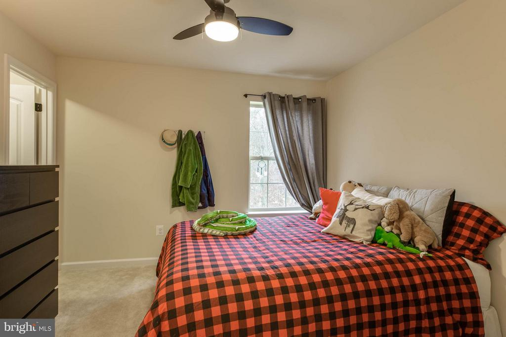 Guest bedroom has lighted ceiling fan - 7131 MASTERS RD, NEW MARKET