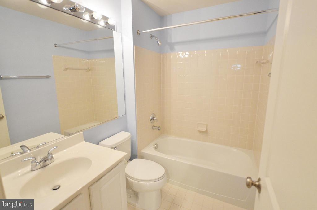 Full Bathroom on the Lower Level - 23386 HIGBEE LN, BRAMBLETON